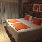 La cama era enorme y muy cómoda. Fácil caben dos adultos y un niño.