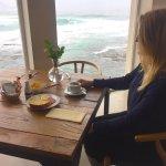 El desayuno es abundante y se puede tomar junto a una vista del mar maravillosa