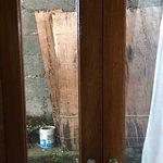 Chambre infâme, literie douteuse avec oreillers plein de traces de transpiration et de moisissur