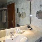 El baño muy completo, con albornoz.