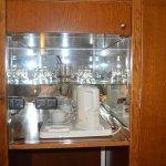 Vitrina con lo necesario para tomar infusión, té o café soluble.
