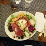 Salade La Gourmande (aubergines, fromage de chèvre frais et miel, jambon cru, emmental, légumes