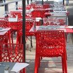 Profitez de la terrasse pour déjeuner ou dîner tout en profitant du soleil !