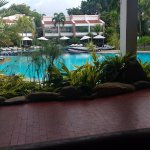 Desayuno junto a la piscina.