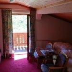 Schlafzimmer mit Doppel Bett und Ausgang zum Balkon