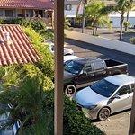 desde el pasillo exterior se ven los autos estacionados
