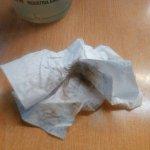 Tuve que limpiar la botella de refresco con una servilleta de la suciedad que traía, daba asco.