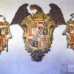 Escudos de los Reyes Católicos en la Lonja anterior a la Capilla Real