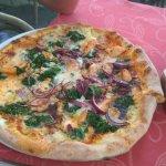 Pizza mit Lachs, Spinat und Gorgonzola