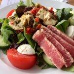 Salad with tuna, artichoke hearts, mozzarella