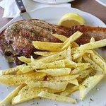 Côte de porc grillée au BBQ avec frites maisons