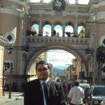 Foto tradicional con el Arco de Correos de Fondo