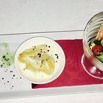 Ensalada fresca con mousse de atún, ajoblanco y langostino