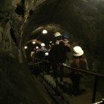 Vår trevliga guideSandra, i gruvans mörker, påväg ner.