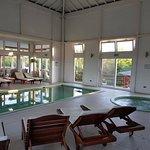 piscina climatizada y jacuzzi, hay ademas saunas y piscinas al aire libre
