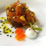 tartar de atún rojo con aguacate y mahones de wasbi