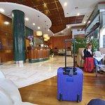 La sala de entrada y la recepción del hotel