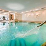 Pool mit Nackenschwall im Spabereich des Hotel Auenhof
