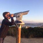 een uitzichtpunt met verrekijkers (1 euro) over langs de ene kant de baai & de andere kant de oc