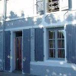 Façade de l'ancienne épicerie avec ses stores vintage.