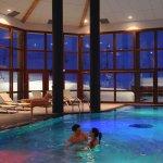 Voici la piscine il y a une intérieur et une extérieur et il a également un jacuzzie et un spa