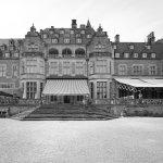 Die fantastische Fassade mit Terasse vom Park aus gesehen.
