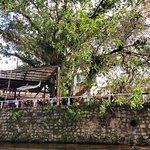 rio e restaurante na margem