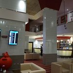Lobby mit Fluganzeige und Rezeption
