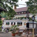 Blick vom Biergarten an der Elbe auf das Hotel