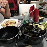 Moules au roquefort et suprême de poulet sauce champignon riz! Un délices.