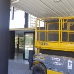 maquinaria en la entrada del hotel