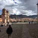 A un costado de la catedral, con vista hacia la plaza y las iglesias de la Compañía y la Merced
