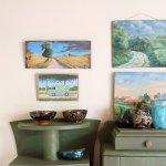 Petite collection de peintures et de céramiques chinées dans l'entrée de L'épicerie