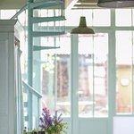 L'ancienne épicerie a gardé le vert céladon d'origine et ses meubles de métier...