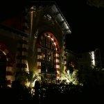 la façade éclairée de nuit