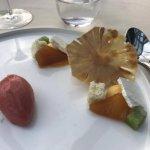 Ananas, meringue et sorbet de fruits rouges.