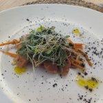 Ensalada de salmón marinado en casa con verduras y vinagreta de cítricos