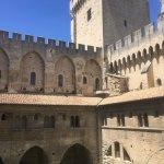 Passage obligatoire par le palais des papes à Avignon