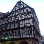 La pharmacie la plus ancienne de France (selon le jeu Trivial poursuite) face à la cathédrale