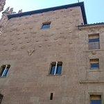 Una de las fachadas de la casa de las Conchas