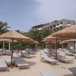 Strand mit Liegen , Sonnenschirm und Badahandtücher kostenlos