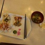 和風朝食です。左はごはんにふりかけ、まぜごはん、おかずはこれだけで全部です。