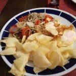 Huevos de corral con patatas, pimientos, gulas...