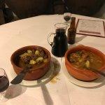 El plato de la izquierda es un guiso de liebre y el de la derecha uno de feijao.