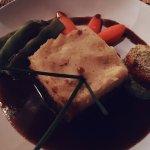 Ochsenschwanz mit einer Kartoffelhaube und Gemüse