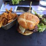 Burger royal a 19 euros avec magret, foie gras poêlé, oignons confits, figues et sauce foie gras