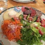 une salade avec des légume sortis tout droit de grande surface