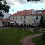 Vista ristorante, giardino interno con parcheggio macchina