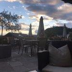 terrazzo, con bar adiacente e vista bella. Al tramonto è particolarmente suggestivo.