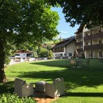 Vista del giardino dal vialetto dalla depandance. In fondo la struttura dell'hotel